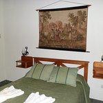 cama matrimonial de la cabaña monoambiente, colchón alto de muy buena calidad, para un buen desc