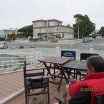 La hosteria (en la esquina) vista del parador de la playa de los mismos dueños