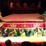 木偶操作者謝幕,接受觀眾熱情掌聲