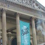 Ein Zeichen des Theaterensembles nach den Pariser Anschlägen