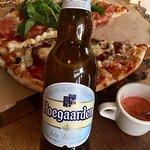 """Pizza mitad """"Queen Margarita"""" y mitad """"Roast in blues"""" acompañada de esta cerveza belga"""