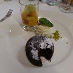 Dessert: Vanilleglace, Fruchtsalat und ein warmes Schokoküchlein mit flüssigem Kern