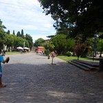 Frente a la plaza