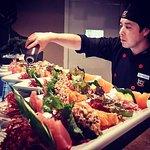 Chefe preparando combinados de sashimis do rodízio.