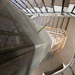 la cage d'escalier et son ascenceur