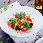 Салат-бестселлер с карамелизированными баклажанами и томатами в китайском остро-сладком соусе
