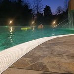 la parte esterna della piscina con getti idromassaggio