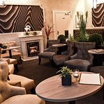Hotel-Lounge bei Abendlicht, Details siehe Hotel-Webseite