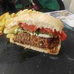 Esta hamburguesa de retinto es la mejor que nos hemos comido, rica, abundante. Por tan sólo 8 eu