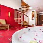 Galerie-Suite mit der Badewanne im Wohnzimmer.