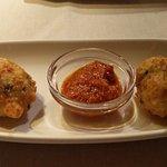 Buñuelos de bacalao con salsa romesco