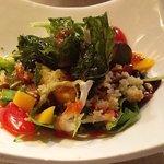 Ensalada de hojas tiernas, cous-cous, mango, daditos de rape y crujiente de kale