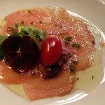 Carpaccio de atún con vinagreta de espécies y cítricos