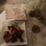 Esta es la presentación de estos dos platos, chicarrones y dos vinos secos.