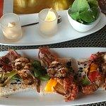Salade accompagnée de crabes sur canapés.