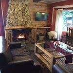 Sala de estar con el fuego encendido
