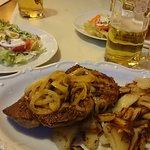 Rostbrätl mit Bratkartoffel Salat dazu