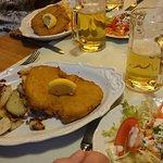 Wiener Schnitzel mit Bratkartoffeln Salat dazu