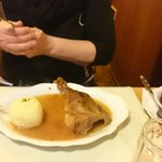 Ente mit Rotkohl und Knödel als kleine Portion