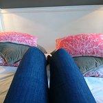 Le lit, large, agréable avec une tonne de coussins !
