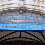 Placa de bronce della entrada