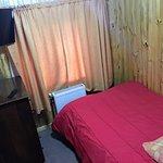 Habitaciòn simple con cama de plaza y media