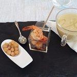 Antipasto di gamberi grigliati con ceci e crema di ceci