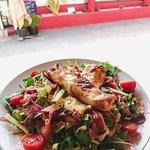 Salade de chèvre chaud dans sa feuille de brique avec pommes miel