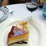 tarta de queso y yema (tocinillo de cielo) con copita Pedro Ximenez