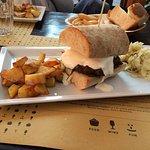 Hamburger di Fassone con fonduta di formaggio e guanciale