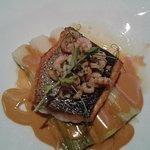 Dos de poisson rôti , poireaux , crevettes grises