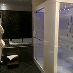 bagno Spa suite con vasca idromassaggio e doccia a due posti con getti idromassaggio