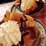 Crêpes poire chocolat boule de glace vanille et chantilly