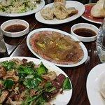 Raviolis, salade de méduse et tripes marinées.
