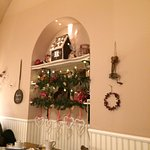 Interno del locale decorato per Natale