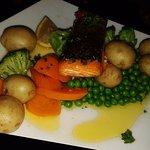 salmone ed i soliti contorni: piselli, broccoli, patate e carote