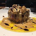 Chuletón con foie y salsa de torta del casar