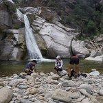 Caminata a la cascada río arriba