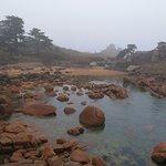 Petite crique avec ses rochers de granite rose.
