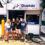 Instructor Nicky and her newly certified Open Water Divers