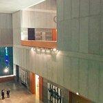 Der klare, moderne Bau bietet das perfekte Ambiente für die dort ausgestellte Kunst.