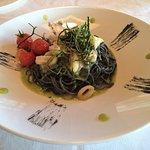 Tagliolini al nero di seppia con calamari su crema di zucchine