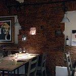 Uno scorcio della sala con il caratteristico muro di mattoni e le opere dei nostri amici artisti