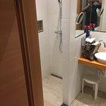Diese Bilder zeigen eines der renovierten Doppelzimmer im EG direkt links neben dem Eingang. Dan