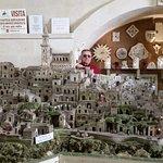 L'artista Eustachio Rizzi con i suoi Sassi in Miniatura