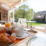 Petit Déjeuner en terrasse Hôtel de Kerlon bretagne
