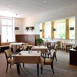 nostalgisch renovierter Frühstücksraum mit antikem Kachelofen