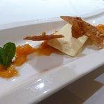 Parfait glacé au Grand Marnier, marmelade d'oranges, tuiles craquantes