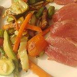 El atún rojo solo necesita unas verduritas al wok y un buen corte para ser insuperable