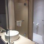 ducha con buena presión, inodoro separado, tocador junto a cama